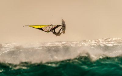 Faîtes le plein de sensations à Leucate avec le windsurf !